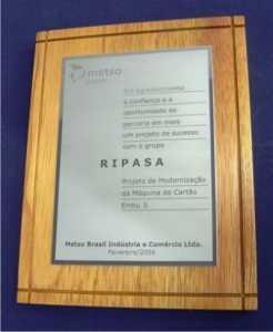 Molduras e Bases - Madeira com aplicação de Placa em Aço